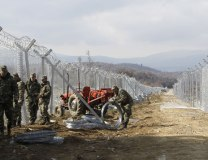 Macedonian soldiers build a fence on the border with Greece (Tanjug/AP)