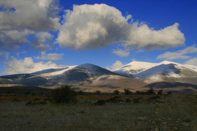 Selo je okruženo planinama Monkajo