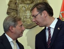 A file photo of Hahn with Serbian PM Aleksandar Vucic (Tanjug)
