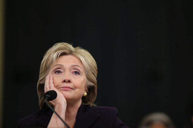 Statua-gole-Hilari-Klinton-s-kopitima-izazvala-bes-VIDEO