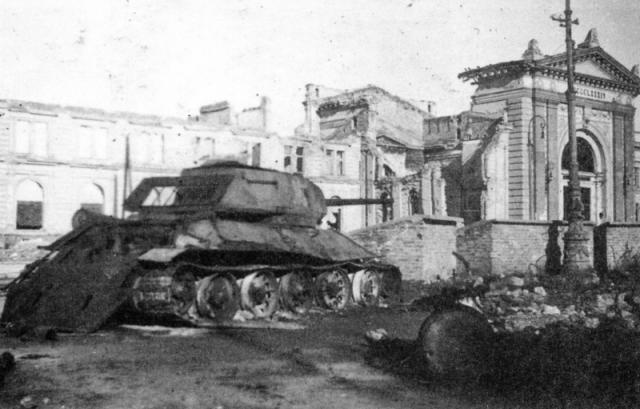 Uništeni T-34-85 ispred Železničke stanice Foto: waralbum.ru