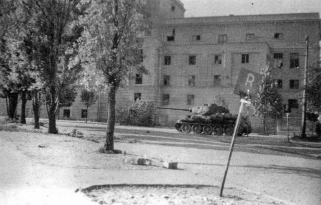 T-34-85 napreduje uz Francusku ulicu ka Narodnom pozorištu