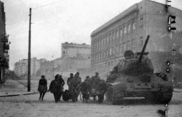 Evakuacija ranjenika pod štitom sovjetskog tenka Foto: waralbum.ru