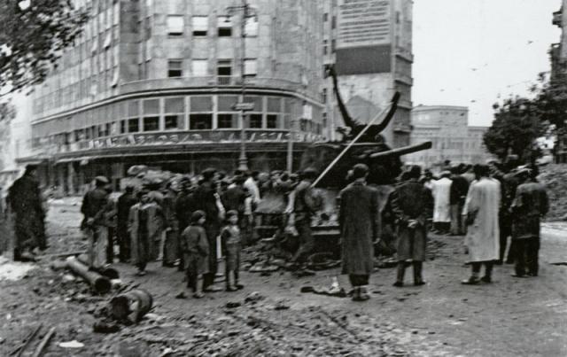 Ispred Palate Albanija nakon oslobođenja, vidi se i uništeni sovjetski tenk Foto: waralbum.ru