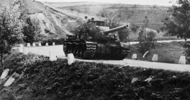 Sovjetski ISU-122 napreduje kroz Srbiju. Foto: waralbum.ru