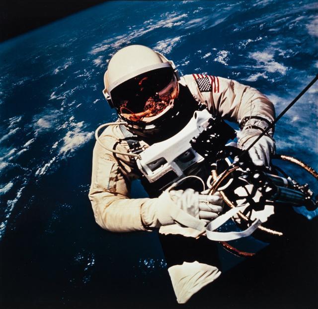 Ed Vajt izvodi prvu američku svemirsku šetnju u okviru misije Gemini IV 1965.