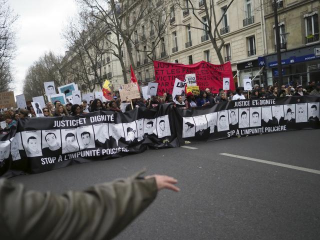 Haos-na-ulicama-ParizaMolotovljevi-suzavac-ima-ranjenih