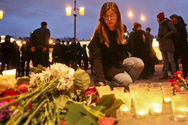 People pay tribute to the victims in St. Petersburg (Tanjug/AP)