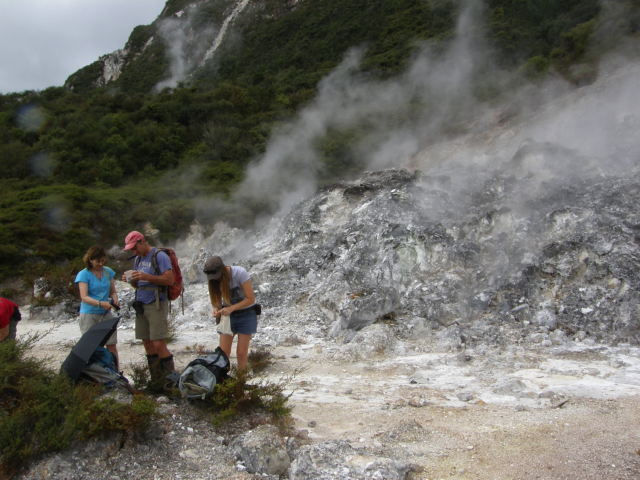 Martin, Kejti i Tara skupljaju uzorke gejzirita na Novom Zelandu (Foto: Kathy Campbell)