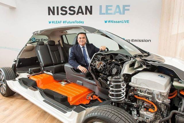 Prvi čovek Nissana, Karlos Gosn, prilikom demonstracije električnog modela Leaf (arhiva)