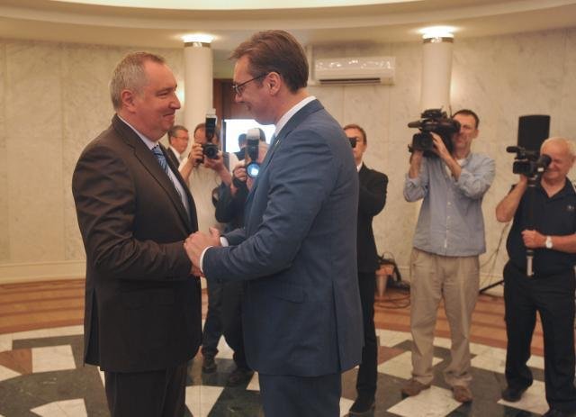 Rogozin (L) is seen with Vucic on Friday morning (Tanjug)