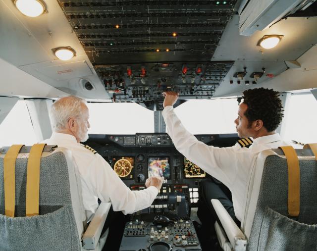 Zasto-pilot-i-kopilot-nikada-ne-jedu-istu-hranu-pre-leta