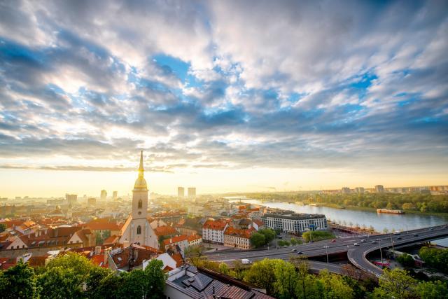 U-Slovackoj-ocajni-okrecu-se-Srbiji-Pomagajte