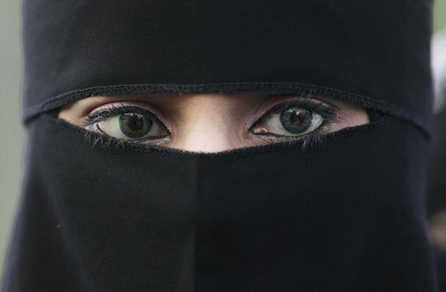 AUSTRIJA STAJE NA PUT ISLAMIZACIJI DRŽAVE – Na snagu stupila zabrana pokrivanja lica!