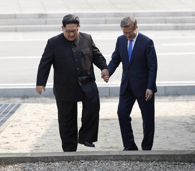 Vesti - Istorija - Kim i Mun preskakali granicu FOTO