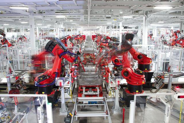 Tesla-nakratko-obustavlja-proizvodnju-da-bi-je-ubrzao