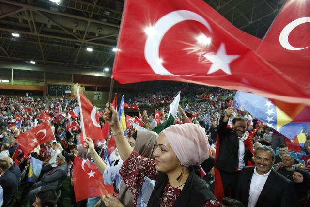 Vesti - SA: Vijore se turske zastave, čuje se