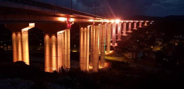 Najduzi-most-na-Koridoru-10-sija-u-bojama-zastave