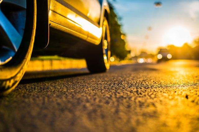 Upozorenje-vozacima-Sine-seku-gume-FOTO