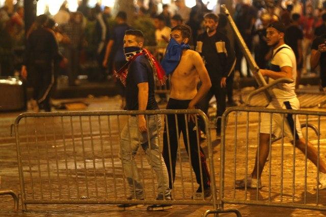 Od-proslave-do-suzavca-Pariz-kao-bojno-polje-FOTOVIDEO