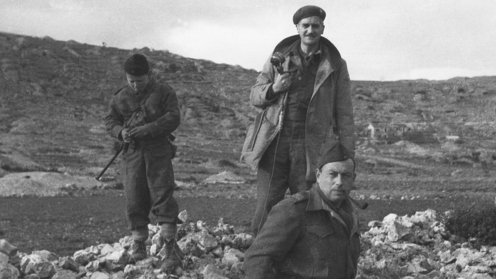 Ratni izveštač BBC-ja Denis Džonston sa jugoslovenskim partizanima 1944. godine/BBC