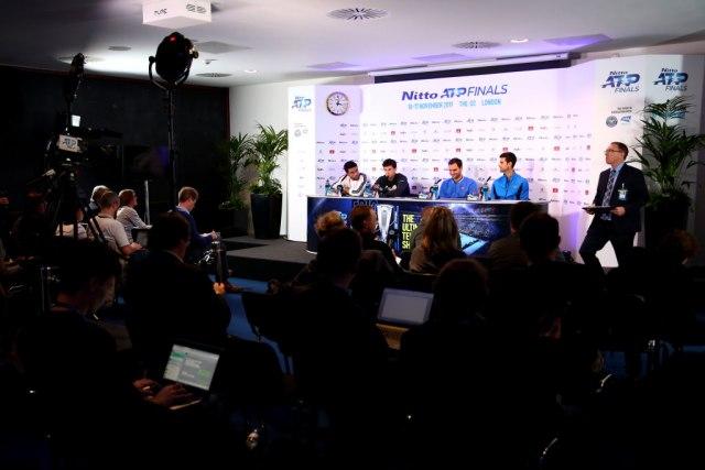 Photo by Clive Brunskill / Getty Images / Đoković sedi pored Federera