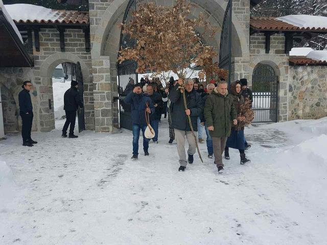 The displaced Serbs managed to bring 'the badnjak' to their church in Djakovica on Friday, despite the Albanian protest (Tanjug)
