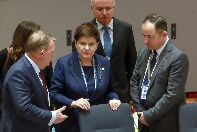 Danish PM Lars Lokke Rasmussen (L) speaks with Polish PM Beata Szydlo (C) (Tanjug/AP)