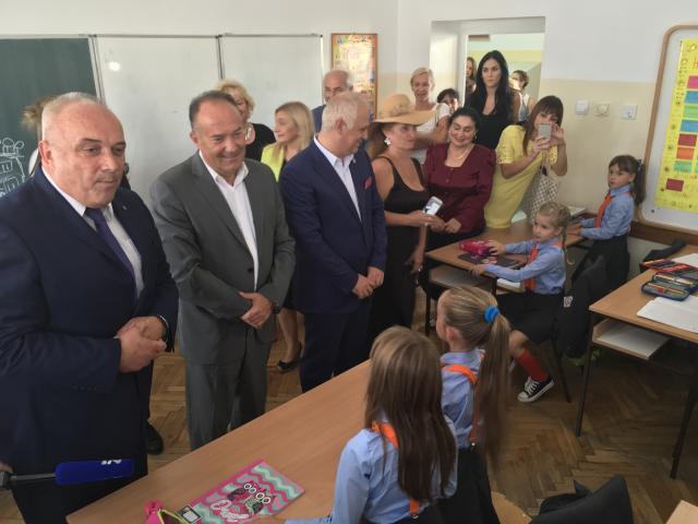 """2263daea65 """"Sveti Sava"""" jedna je od prvih škola koje su podržale inicijativu ministra  da se u osnovne škole uvedu đačke uniforme"""