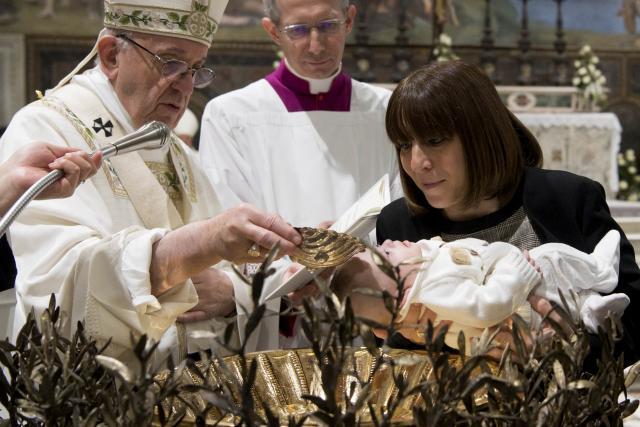 Sintam-se livres para amamentar seus filhos aqui', diz Papa a mães na Capela Sistina
