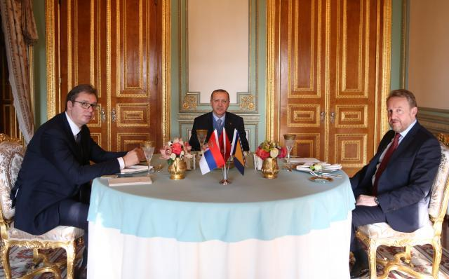 Izetbegovic (R) is seen with Serbian and Turkish presidents (Tanjug, file)