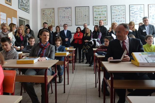 Brnabic, left, and Sarcevic, right, in the classroom (Tanjug)