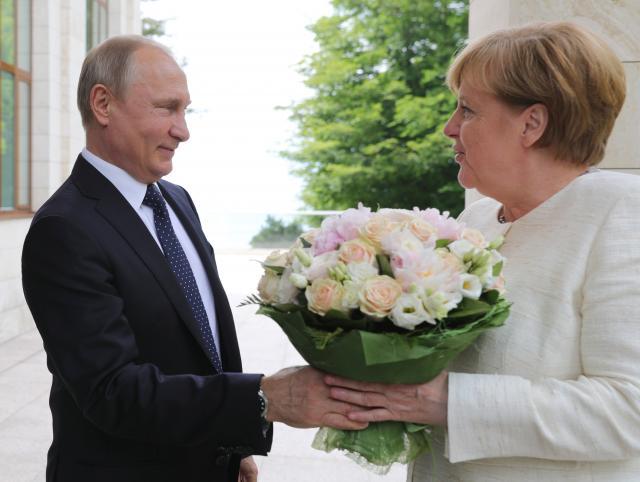 Putin Merkelovu dočekao s ružama, o čemu su razgovarali?