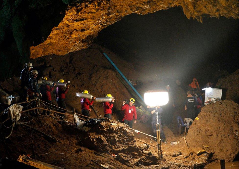 Spasioci nose boce sa kiseonikom kroz pećinski kompleks/EPA