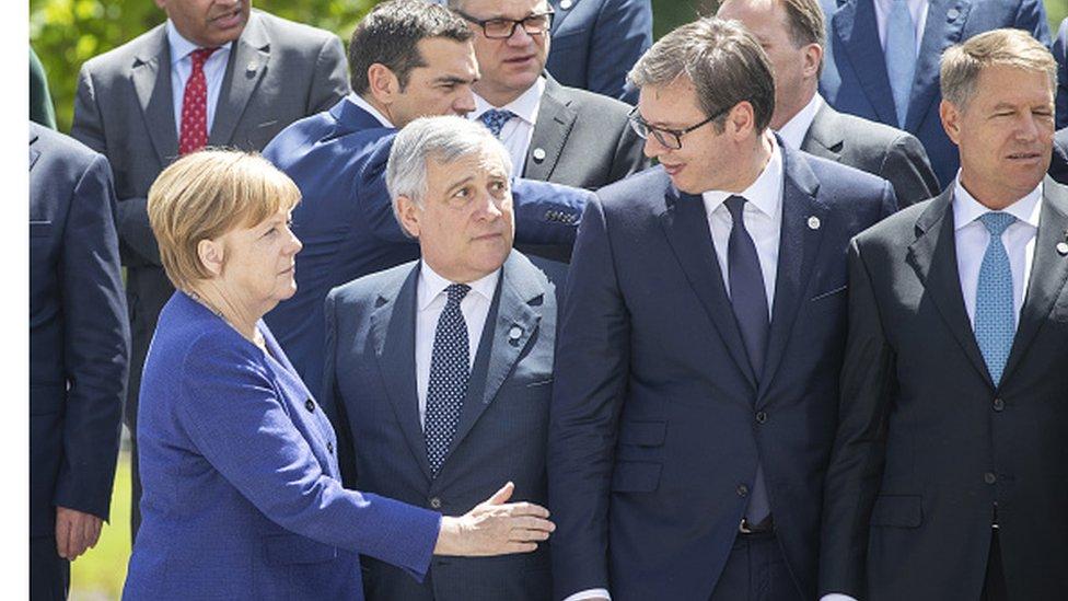 Ruka ruci - Angela Merkel i Aleksandar Vučić. Između je Antonio Tajani, predsednik Evropskog parlamenta/Getty Images