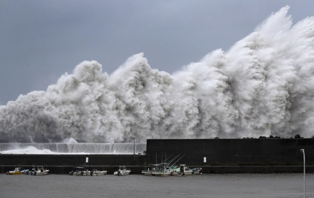 Razorni tajfun odneo 8 života, tanker se zabio u most FOTO