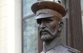 Policajci naterali dečaka da se izvini spomeniku