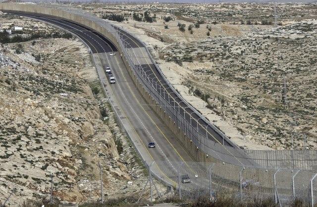Auto-put sa zidom, deli izraelski i palestinski saobraćaj