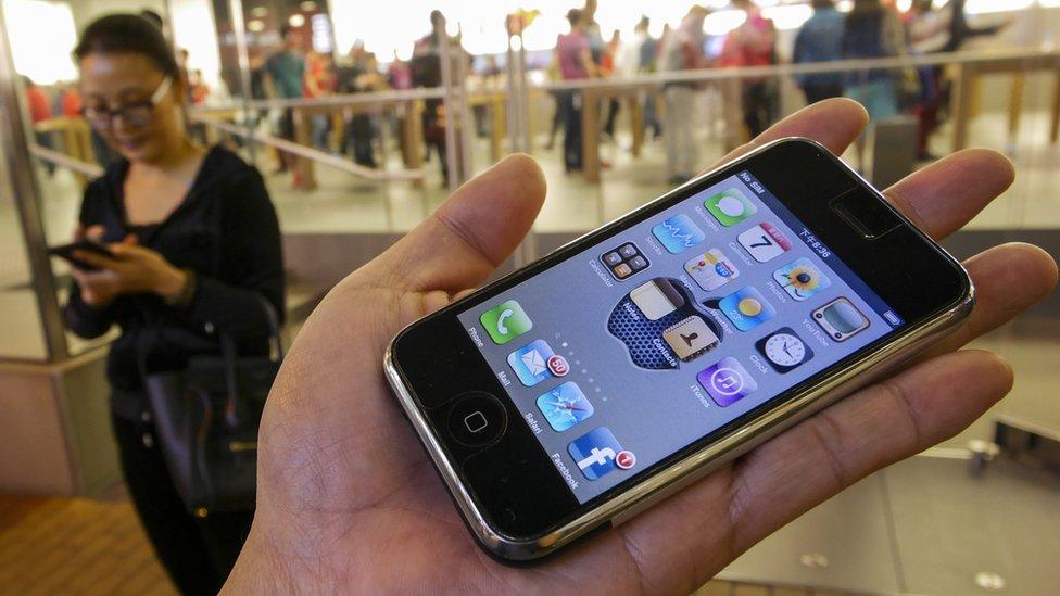 Ajfon 2g - da li se sećate kad je ajfon mogao da vam stane na dlan?/Getty Images