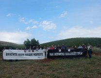 The banner at the Slavuj/Perenic  kidnapping site reads, in Serbian and Albanian, 'Bring our colleagues back to us' (Olivera Radic, UNS, file)