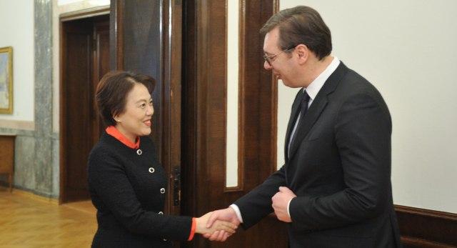 Kineska ambasadorka uručila čestitku Vučiću