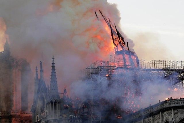 Pariz kakav znamo više ne postoj: Notr Dam i dalje gori, snimci su strašni