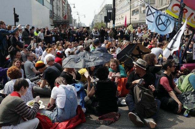 Incident u Londonu: Muškarac se zalepio za voz u znak protesta FOTO