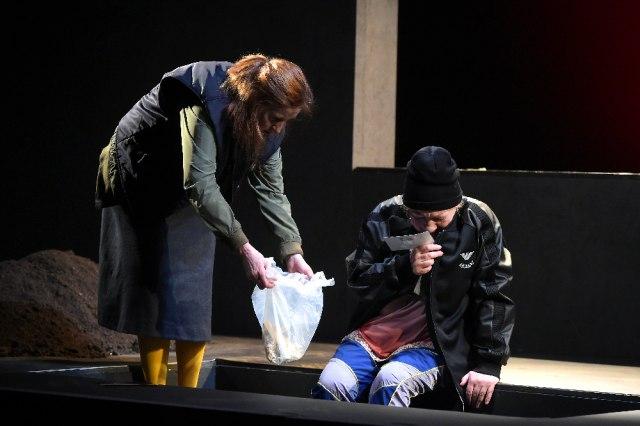 "B92. net i Narodno pozorište vas vode na predstavu ""Devedesete"""