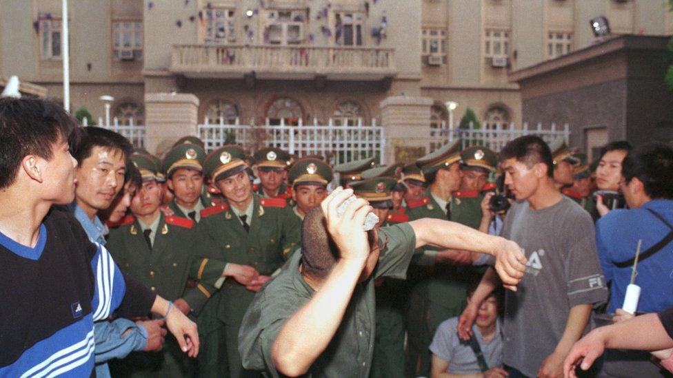 Jedan od studenata baca kamen na ambasadu Amerike u Pekingu, 9. maja 1999./Peter Rogers/Getty Images