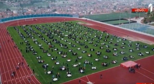 Nesvakidašnji događaj: Kolektivni iftar na stadionu u Novom Pazaru VIDEO