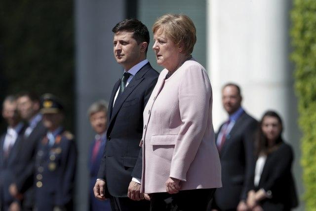 Tresla se kraj Zelenskog, Merkelova tvrdi da se oseća dobro