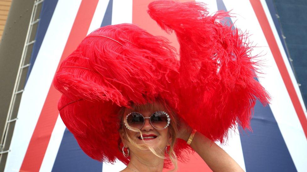 Kada je vetar duvao, dame sa mnogo perja na šeširima morale su baš da paze/PA