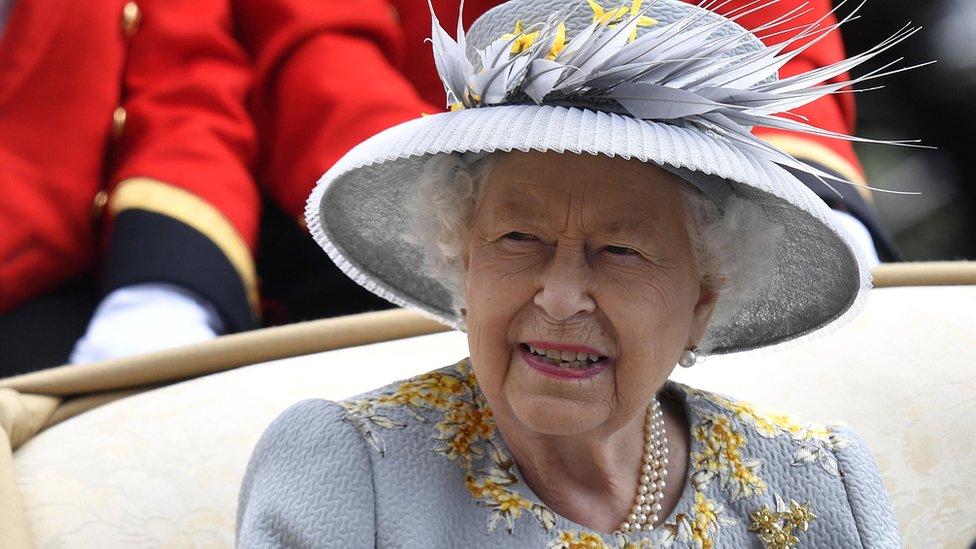 Kraljica je bila nasmejana, a boja šešira odlično se slagala sa haljinom/EPA