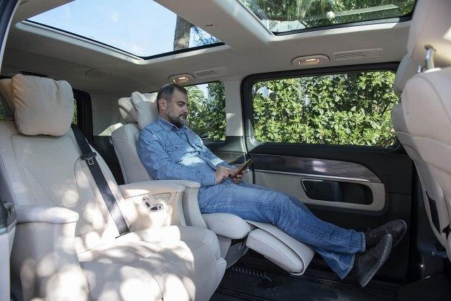 Sa svakim osveenjem, V-klasa polako raskida veze sa Vitom, a ovoga puta novi put je oznaen bogatijim paketima opreme koji stiu sa elementima koji se sreu u luskuznim putnikim automobilima sa znakom zvezde